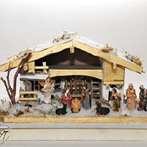 Gold-Design Holz-Weihnachtskrippe mit Schnee, Krippenstall BAYERNLAND, mit PREMIUM-DEKOSET Krippe mit Naturmaterialien dekoriert mit Krippen-Tieren Schafe, Ochse und Esel, Massivholz gold - mit 11 x PREMIUM- Krippenfiguren + Engel - auf Wunsch* Krippe