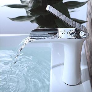MDRW-Badezimmer Accessoires WasserhahnWarm- Und Kaltwasser Weiße Farbe Alle Kupfer Waschbecken Mit Warmen Und Kaltem Leitungswasser Auf Der Bühne Tippen